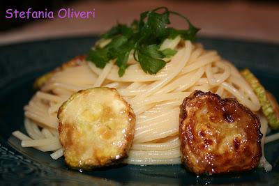 Spaghetti con zucchina fritta, pasta estiva - Cardamomo & co