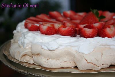 Pavlova con panna e fragole senza glutine - Cardamomo & co
