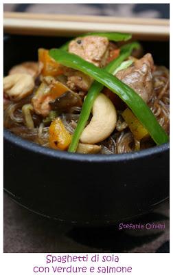 Spaghetti di soia con verdure e salmone - Cardamomo & co
