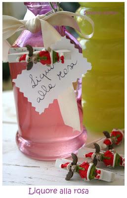 Liquore alle rose regali di Natale - Cardamomo & co