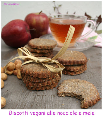 Biscotti vegani con nocciole e mele