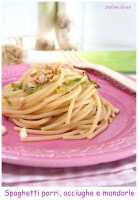 Spaghetti porri, acciughe e mandorle - Cardamomo & co