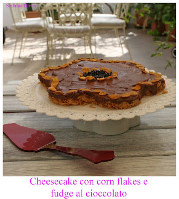 cheesecake con corn flakes e fudge al cioccolato
