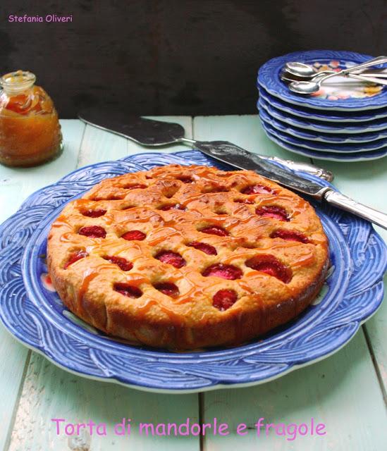 Torta di mandorle e fragole con salsa mou - Cardamomo & co