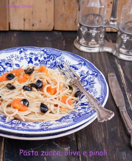 Pasta zucca olive e pinoli - Cardamomo & co