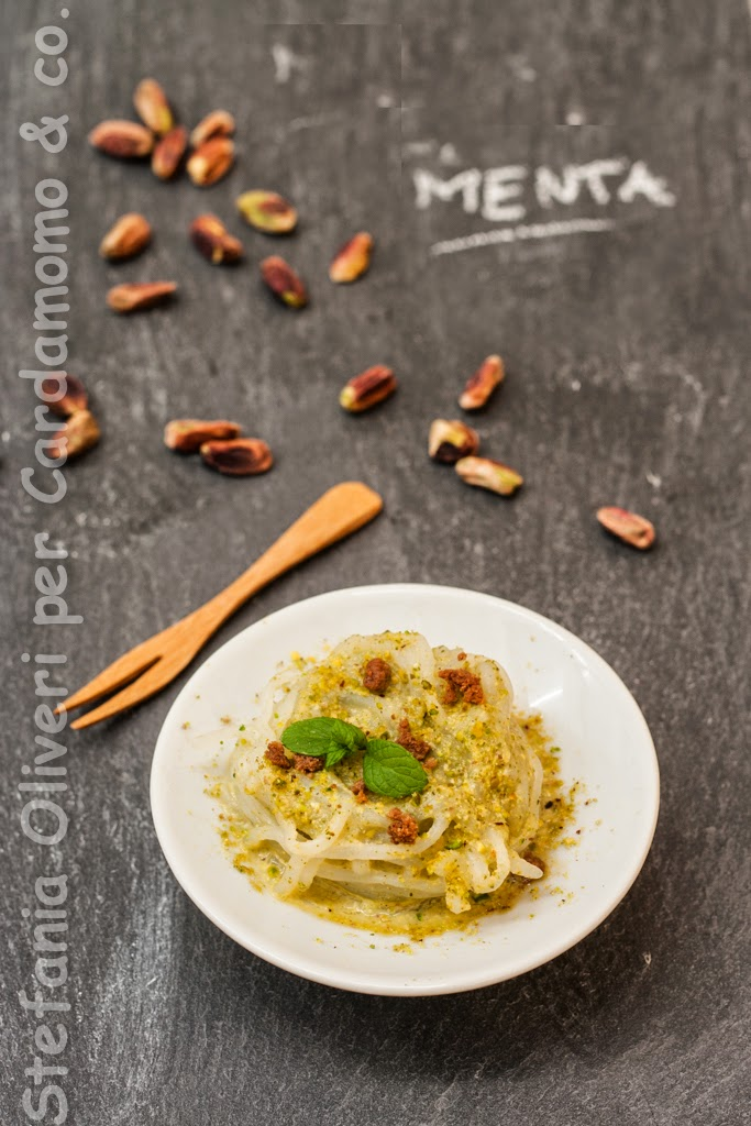 Pasta shirataki con pesto zucchine, pistacchi e bottarga - Cardamomo & co