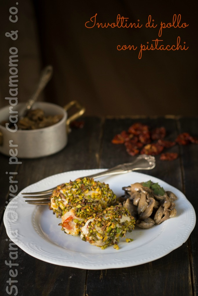 Involtini di pollo con pomodori secchi e panatura di pistacchi