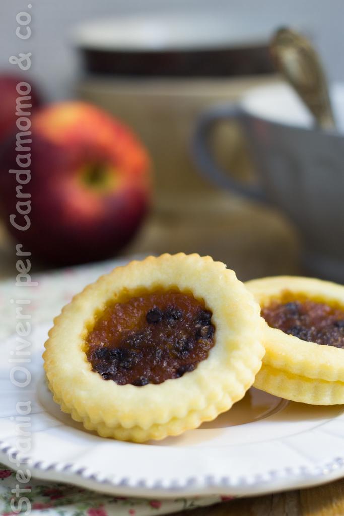 Biscotti di finta sfoglia con marmellata di mele e cioccolato