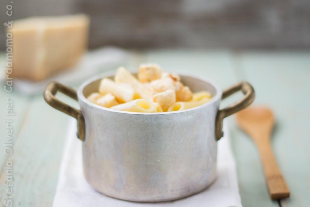 Pasta con crema e popo corn di parmigiano 2652 b