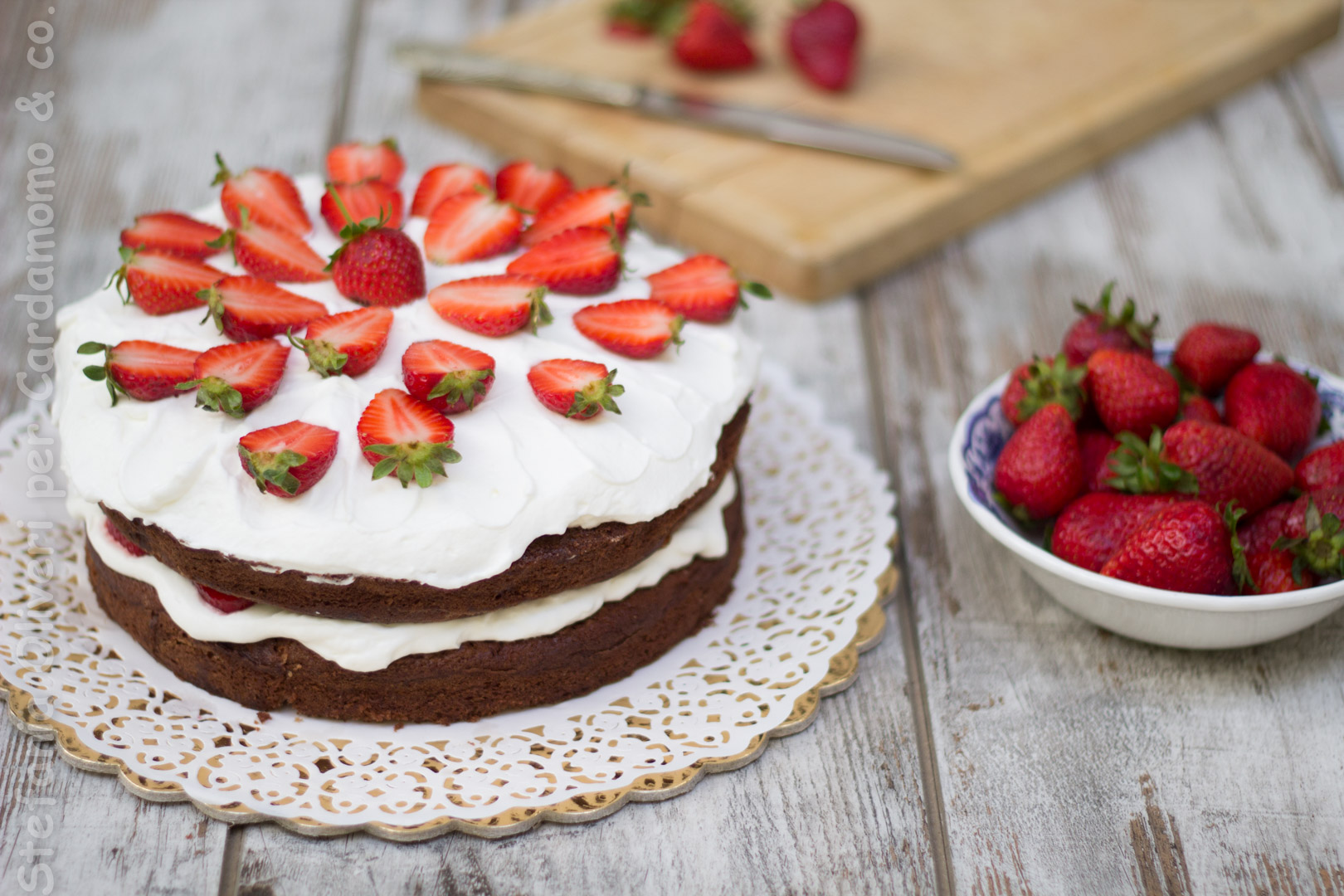 Torta cioccolato crema yogurt e fragole cardamomo & co 2923