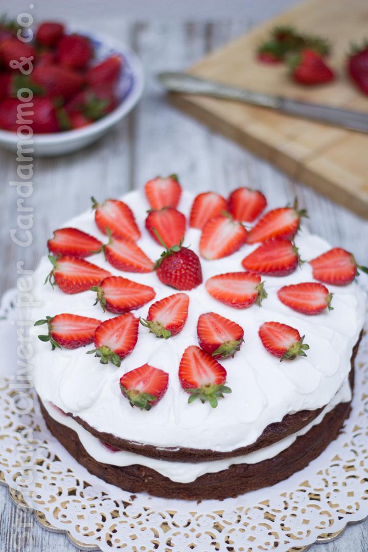 Torta cioccolato crema yogurt e fragole 2930