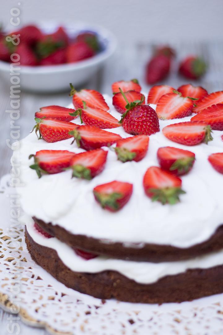 Torta al cioccolato con crema allo yogurt e fragole - Cardamomo & co