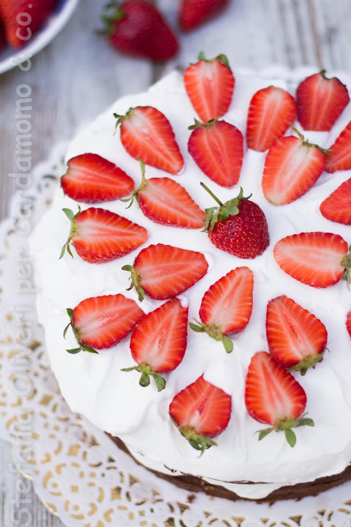 Torta cioccolato crema yogurt e fragole Cardamomo & co 2952