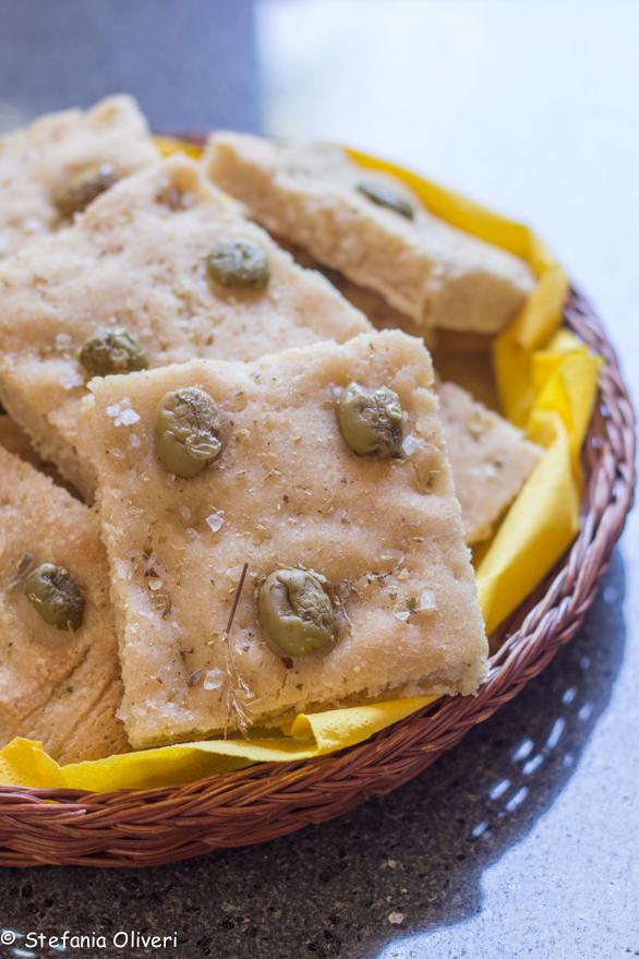 Focaccia senza glutine con olive - Cardamomo & co