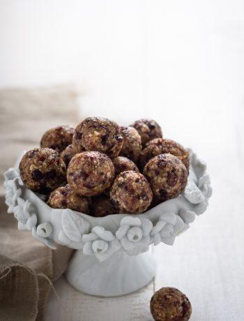 Dolcetti vegani con mandorle e datteri - Cardamomo & co