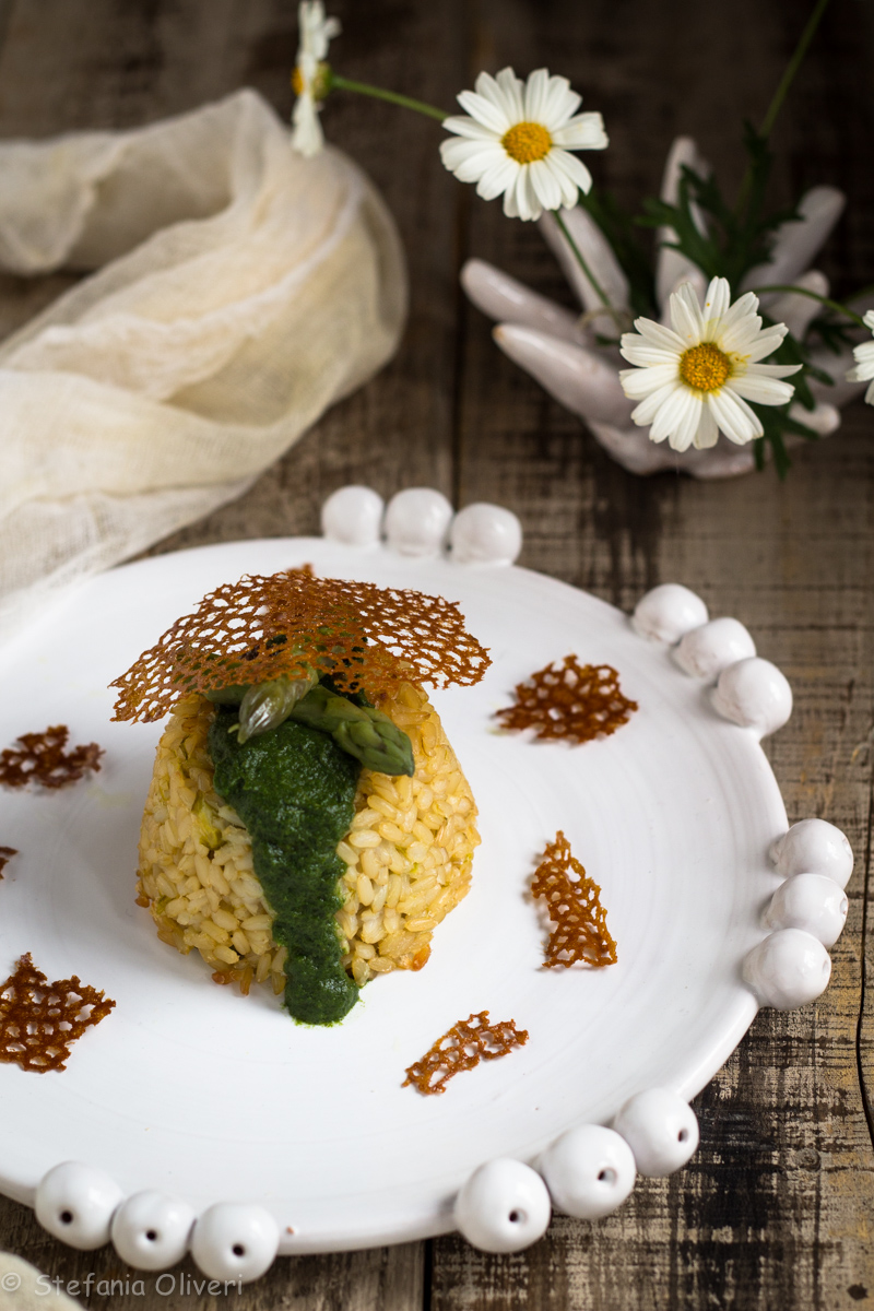 Corallo di spinaci su tortino di riso agli asparagi - Cardamomo & co