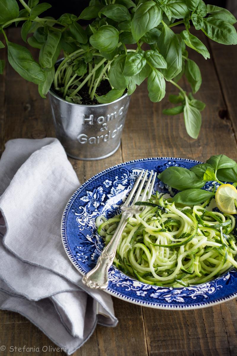 Spaghetti di zucchine con pesto genovese senza aglio - Cardamomo & co