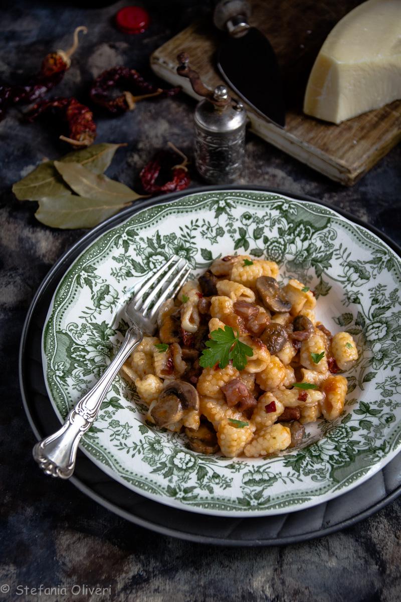 Pasta fresca senza glutine con salsa bio e funghi - Cardamomo & co